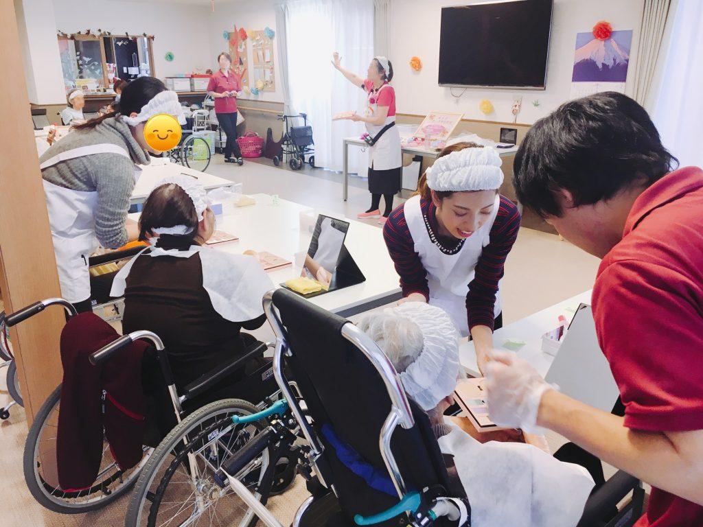 薬学生さんが高齢者施設「メイク教室」を体験!